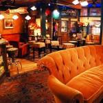 El mítico sofá del Central Perk en el centro de la cafetería