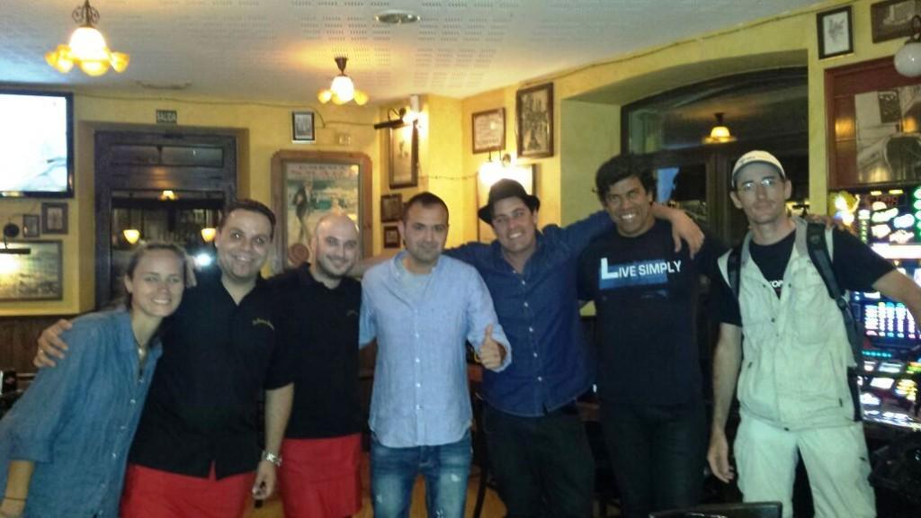 El equipo de La Botica Indiana junto a los periodistas brasileños