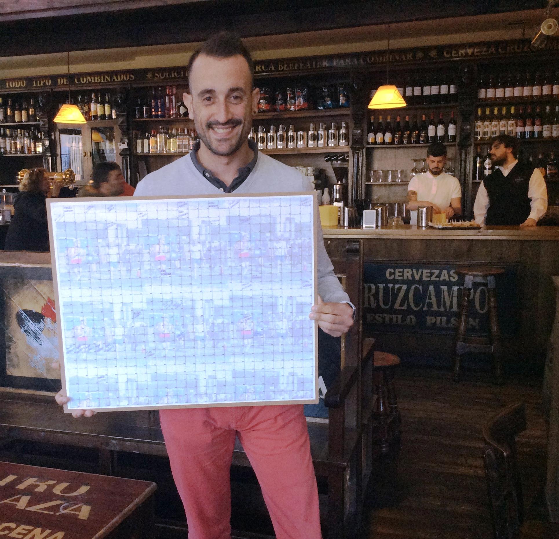 Alfredo Vázquez con uno de los paneles del sorteo en el Teatrillo de Pravia