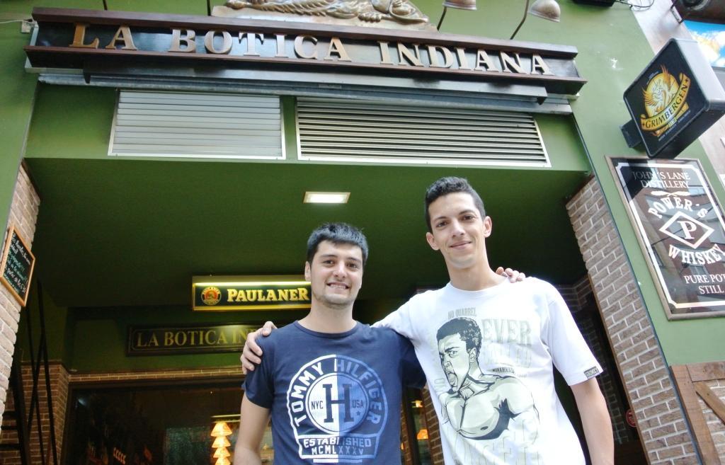 Rubén y Yeray en La Botica Indiana de la calle Roncal de Gijón