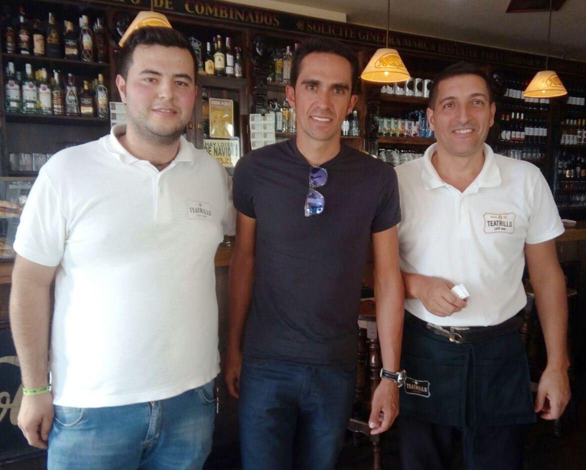 Alex, Alberto Contador y Julio, en el Teatrillo de Pravia