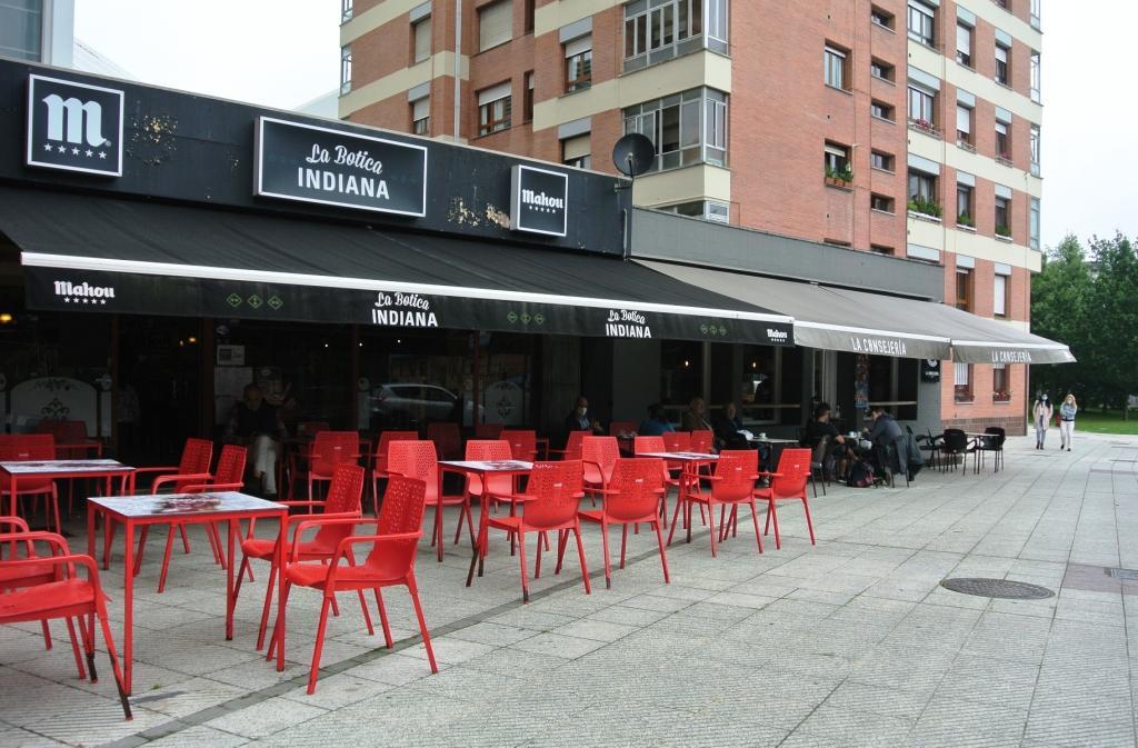 La Botica Indiana y La Consejería de la calle Guillermo Estrada de Oviedo